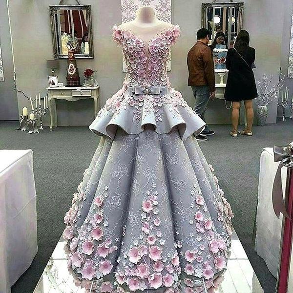今年4月的时候在伦敦亚历山大宫有一场国际蛋糕展(Cake International),但里面却发生了一件很神奇的事情,因为在各式各样的漂亮蛋糕之中竟然展示著一件非常华丽的婚纱礼服,让人深深怀疑这件美丽的婚纱是否是走错片场了?