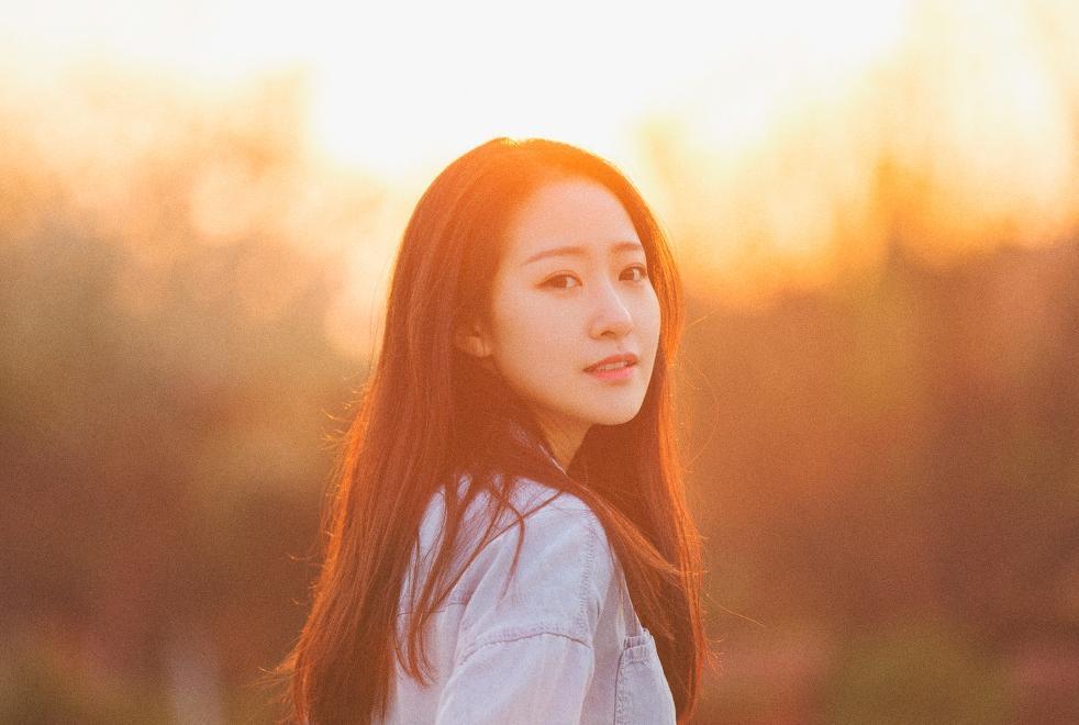 夕阳下意境唯美的素颜长发女孩